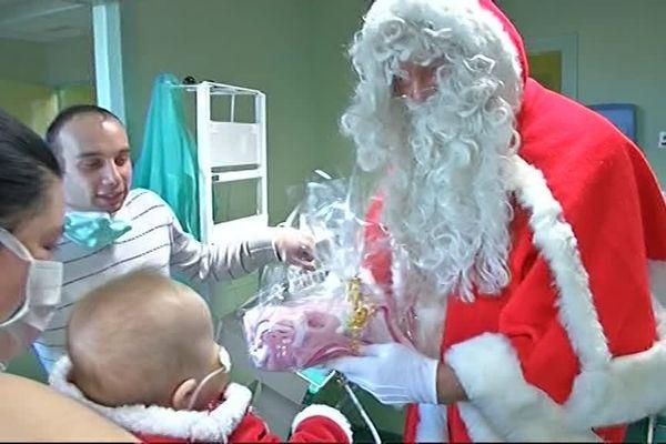 Depuis plusieurs années déjà, le Père Noël fait une étape à l'hôpital pour enfants de Charleville-Mézières, distribuant cadeaux et bonne humeur.