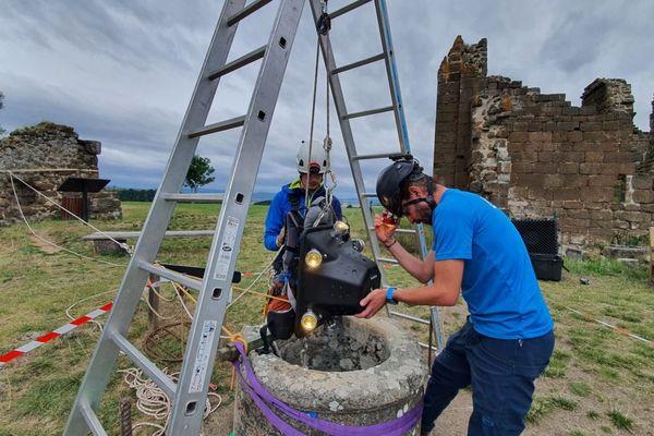 Des spécialistes de l'image numérique 3 D prospectent  les cavités souterraines de la forteresse de Polignac en Haute-Loire.