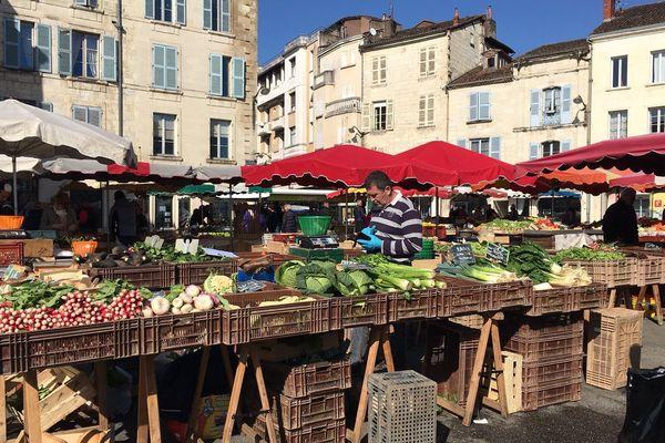 Le marché de Périgueux anime la ville et fait partie de la vie de la cité