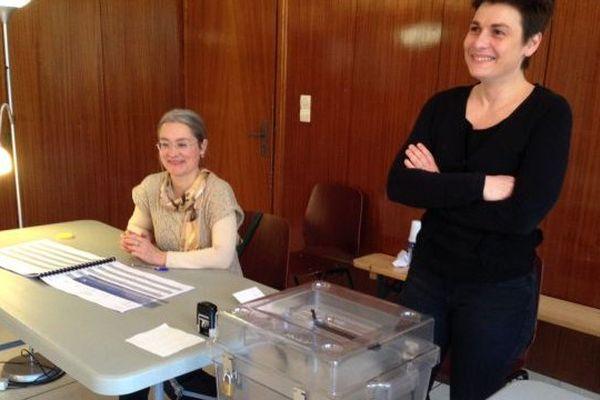 Les assesseurs attendent les électeurs dans le bureau de vote n°21 de Montigny-lès-Metz (Moselle), dimanche 22 mars 2015.