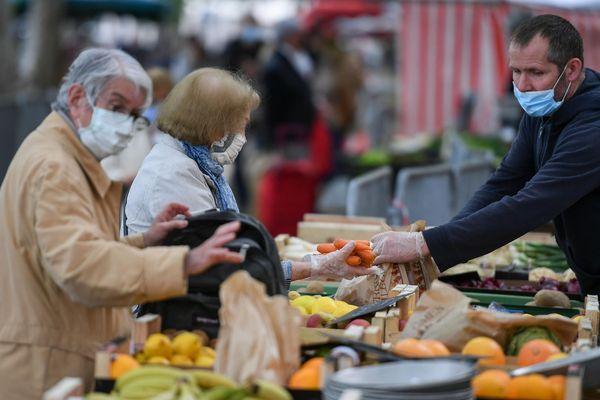 D'après un sondage, les Français privilégient d'abord le local pendant la crise du Covid-19 : 45% des personnes interrogées disent acheter des produits alimentaires locaux ou de leur région.