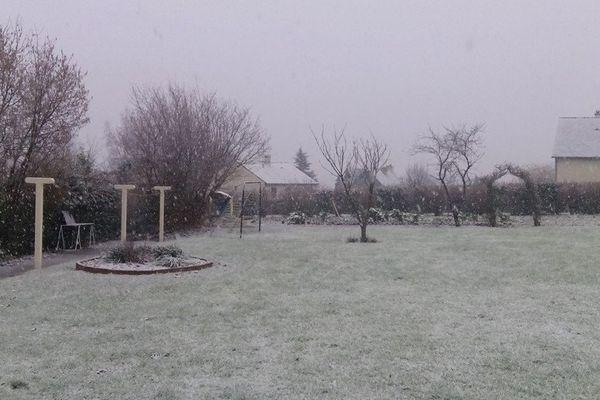La neige dans un jardin de Mayenne à Saint-Germain-le-Fouilloux.