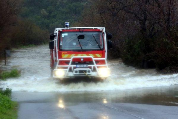 Illustration - Un camion de pompiers franchi une route immergée en Haute-Corse suite à des inondations.