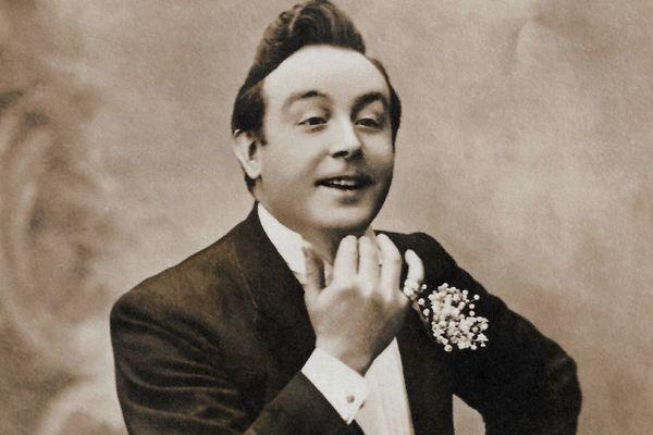Félix Mayol, vêtu de son célèbre muguet.