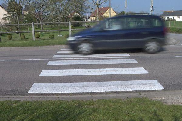 Une voiture dans une agglomération où la vitesse est limitée à 50 km/h
