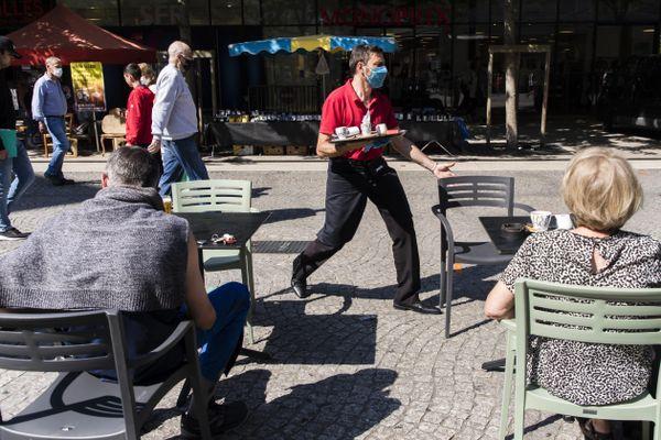 Distanciation sociale en terrasse d'une brasserie à Chambéry en Savoie.