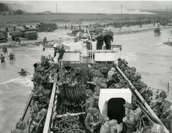 Soldats et vélos canadiens s'apprêtent à débarquer à Bernières-sur-Mer dans le Calvados