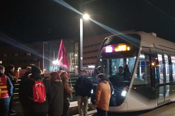 Les manifestants ont brièvement bloqué le tram aux abords du CHU de Caen