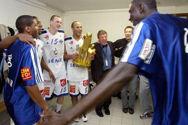 Le 29 février 2004, la joie des joueurs de la JDA dans les vestiaires avec le trophée de la Semaine des As