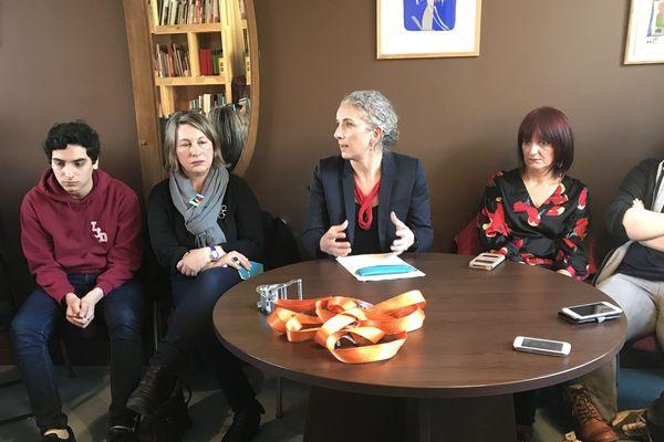 Pendant plus d'une heure, Delphine Batho, députée des Deux-Sèvres a écouté les enseignants, élèves et parents à propos des incidents au lycée Desfontaines de Melle.