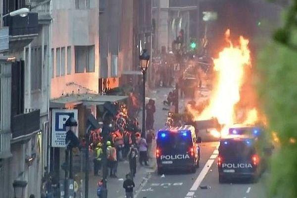 Barcelone (Espagne) - manifestation contre les peines de prison ferme annoncées par la cour suprême de Madrid contre 9 indépendantistes de Catalogne et heurts avec la police - 18 octobre 2019.