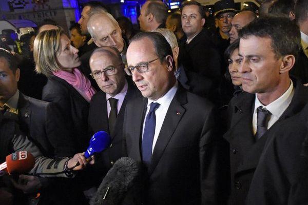 Près de la salle de concert du Bataclan à Paris, dans laquelle est survenu un attentat terroriste, le président de la République, François Hollande, accompagné du Premier ministre Manuel Valls et du Ministre de l'intérieur Bernard Cazeneuve s'adresse aux médias et déclare l'état d'urgence sur tout le territoire