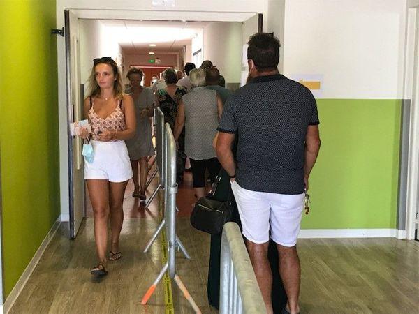File d'attente dans un des bureaux de vote de Zonza.