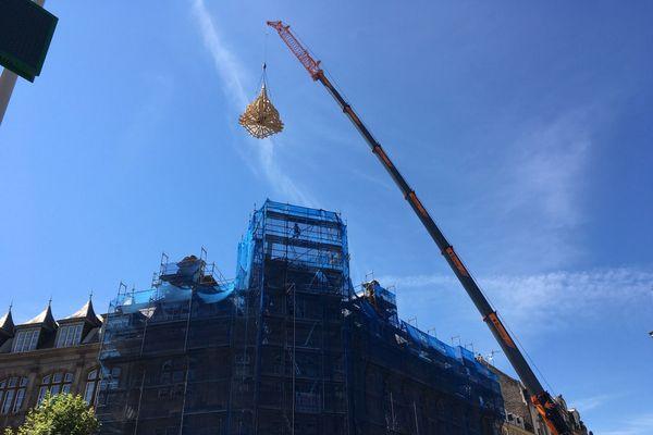 Le nouveau clocher franc-comtois pèse 3.5 tonnes.