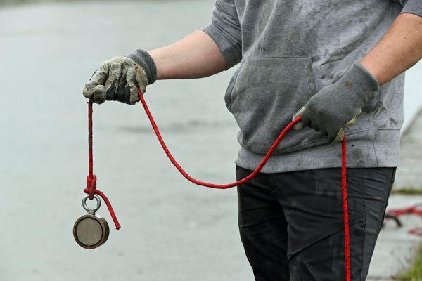 """Il faut un aimant en néodyme capable de soulever plusieurs dizaines de kg pour pratiquer la """"pêche à l'aimant""""."""