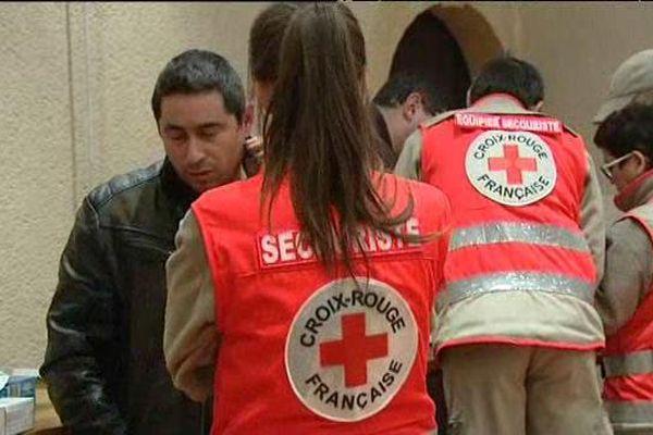 Des victimes de l'accident de bus accueillis par la Croix Rouge dans une salle communale à Charolles, ce dimanche 8 janvier 2017.