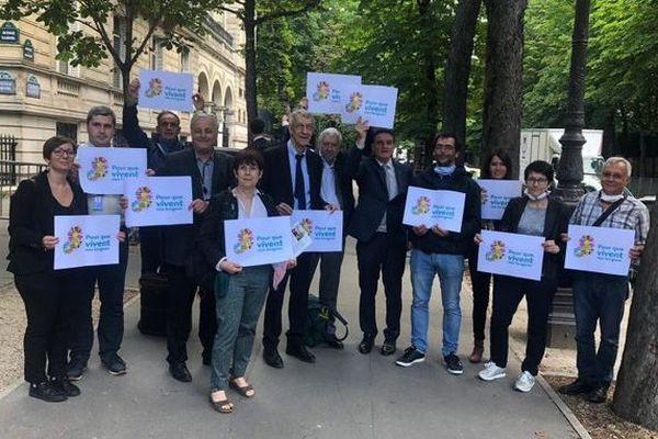 """Jeudi 18 juin, une délégation du collection """"Pour que vivent nos langues"""" a déposé une lettre à l'Élysée pour dénoncer la réforme Blanquer quant à l'enseignement des langues régionales."""