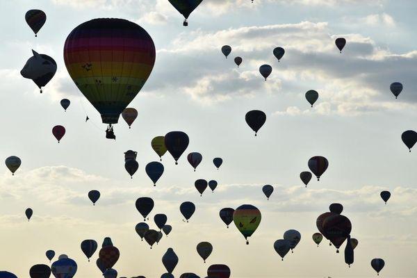 """Durant """"La Grande Ligne"""" du Grand Est Mondial Air Ballons, des centaines de montgolfières flottent dans les airs en même temps. Édition 2019 de l'événement."""