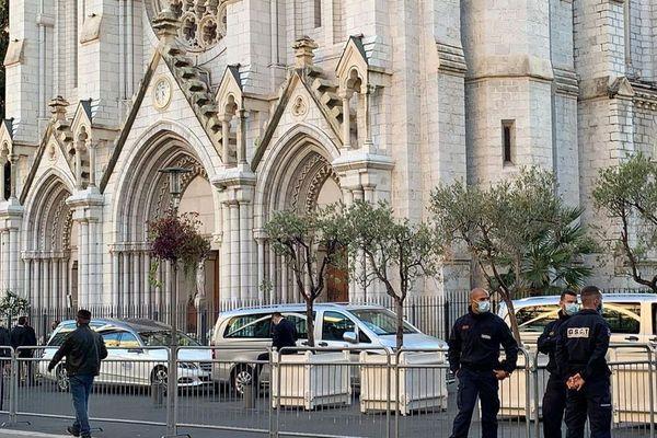 Jeudi 5 novembre 2020, les forces de police devant la basilique Notre-Dame à Nice, en marge des obsèques de Simone Barreto Silva, l'une des trois victimes de l'attentat.