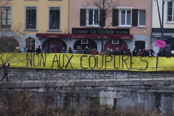 Quelques dizaines de mal-logés occupent depuis plusieurs semaines des appartements vacants du quartier de l'Abbaye, à Grenoble, et demandent des solutions de relogement.