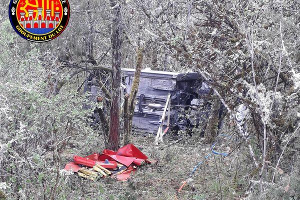 La voiture de la personne disparue est restée complètement renversée sur le flanc.