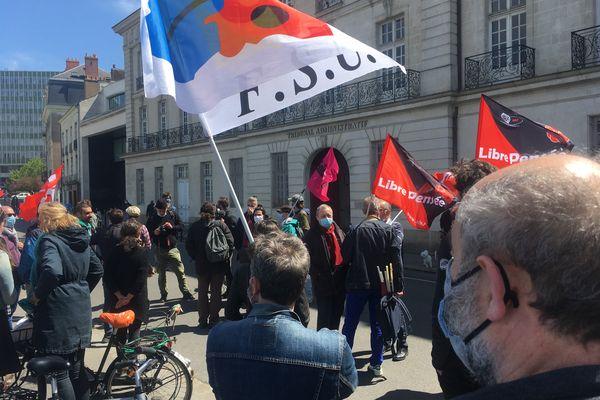 Les manifestants ont accompagné Christel Husson jusqu'au tribunal administratif de Nantes, ce lundi 26 avril.