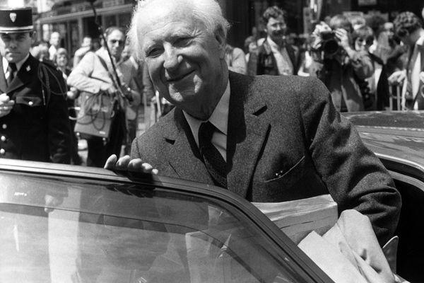 Gaston Defferre, maire de Marseille et ministre de l'Intérieur en 1982, lorsque la première Assemblée de Corse voit le jour.