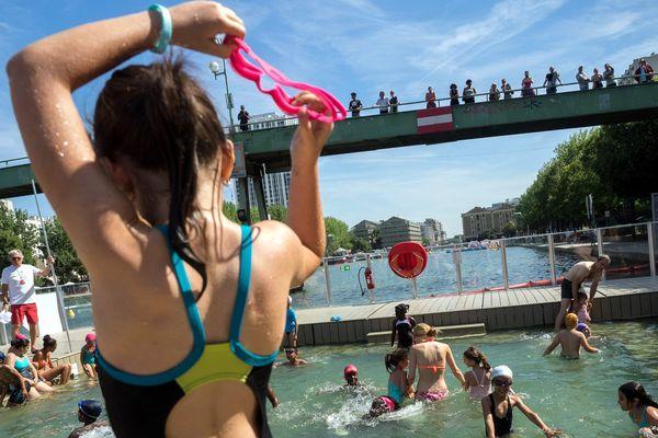 L'espace de baignade dans le bassin de La Villette, dans le 19ème arrondissement de Paris.