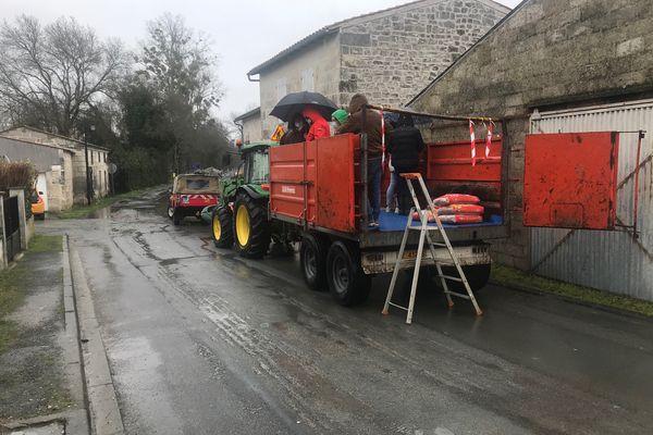 Le tracteur pour transporter les habitants