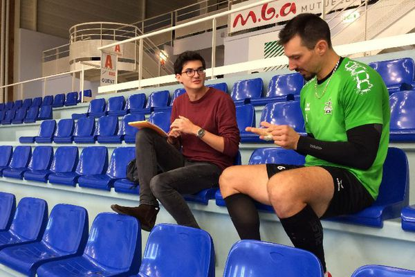 Florent, étudiant en master de droit à Rennes en cours d'interview du capitaine du Rennes Volley 35, Xavier Kapfer