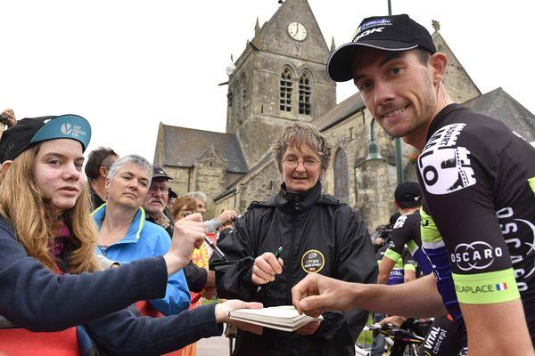 Anthony Delaplace, le coureur de la Manche, a signé de nombreux autographes lors de la deuxième étape du Tour de France 2016