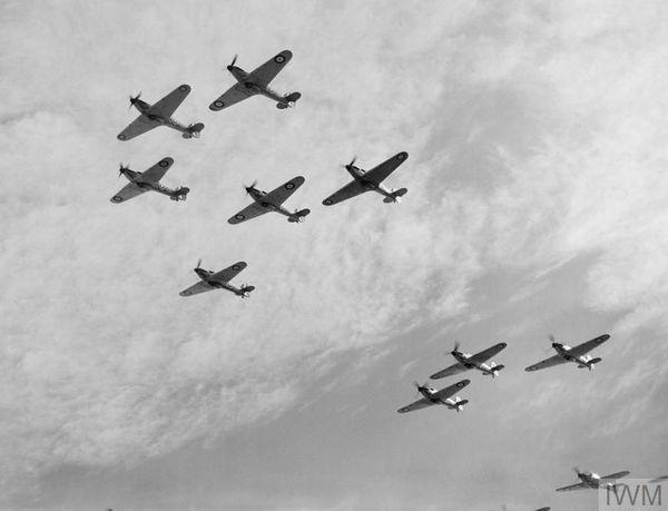 Une formation de chasseurs britanniques Spitfire du 85 Squadron en octobre 1940.