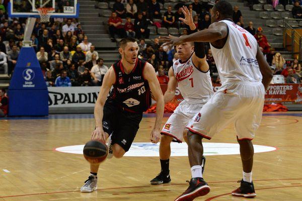 Le joueur de Saint-Chamond Mathieu GUICARD tente de passer deux joueurs Havrais.