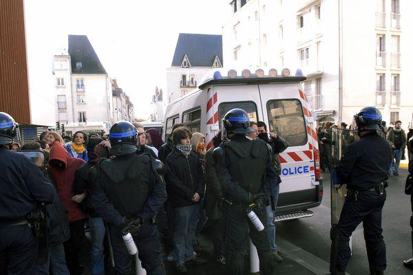(Archives 2007.) Des policiers encadrant une manifestation d'étudiants à la fac des tanneurs à Tours.