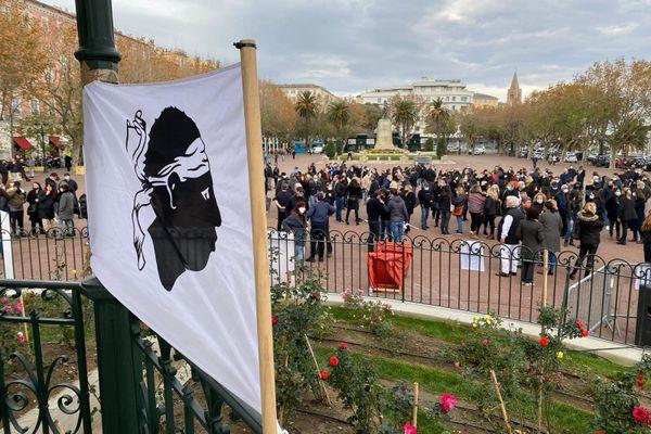 Autour de 300 personnes se sont rassemblées place Saint-Nicolas, à Bastia, en soutien aux commerçants contraints de rester fermés (restaurants, cafés, salles de sport, discothèques...)
