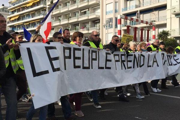 """Manifestation de """"gilets jaunes"""" à Nice. Sur la banderole :""""le peuple à la parole."""""""