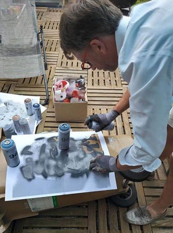 STM Artiste utilise un pochoir par couleur