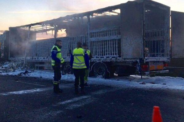 L'autoroute A10 est coupée depuis ce matin jeudi 21 novembre 6h dans le sens province-Paris. A l'origine de cette fermeture, l'incendie d'un poids-lourd.