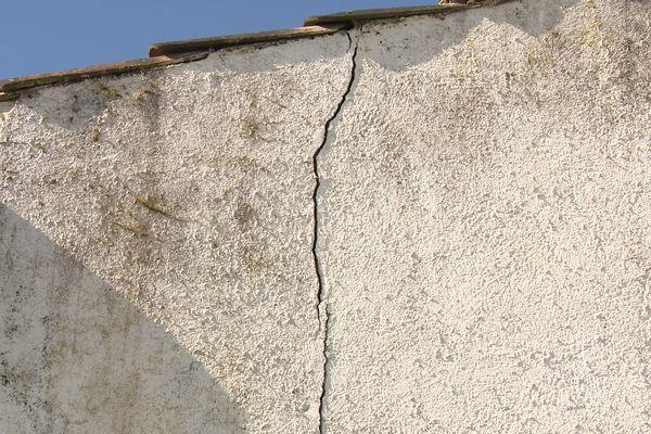 Une fissure de plus en plus large serpente dans la façade de la maison de Bertrand.