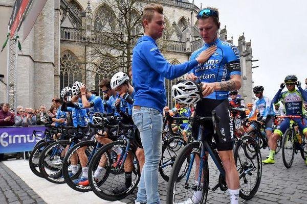 Les coureurs ont respecté une minute de silence en hommage au coureur belge.