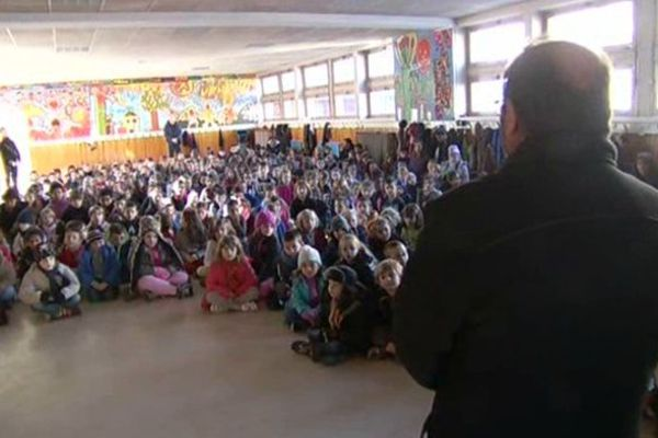 Dans cette école de Mende, les 260 élèves ont observé une minute de silence jeudi matin, en hommage aux victimes de l'attentat qui a fait 12 morts, à Paris