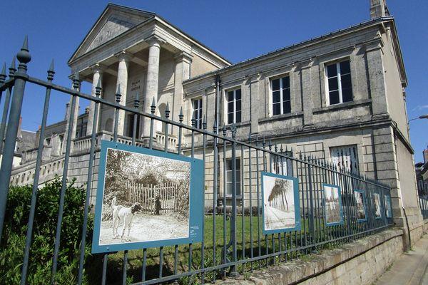 60 oeuvres de Jenny de Vasson, native de La Châtre et pionnière de la photographie, sont exposées partout à la Châtre dans l'Indre. Ici sur les grilles du  Palais de Justice.