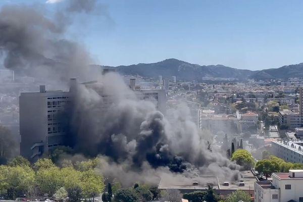 08.04.2021. Impressionnant panache de fumée lors d'un feu de parking à Marseille.