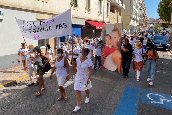 Une centaine de personnes s'est retrouvée pour honorer la mémoire de Lola ce dimanche après-midi lors d'une marche blanche dans le quartier de la Bocca à Cannes.