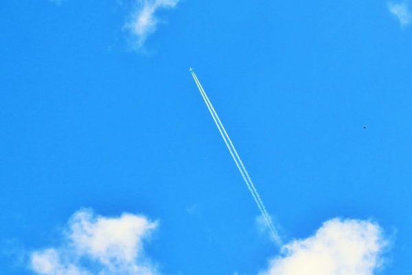 Un ciel bleu pour voir les avions qui partent au loin.