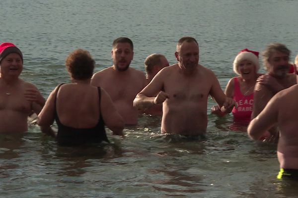 Malgré une eau à 6 degrés, les baigneurs semblent ravis