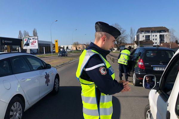 Les gendarmes de Haute-Vienne sont déployés comme ici à Saint-Junien pour faire respecter les règles de circulation restreintes par l'épidémie de coronavirus