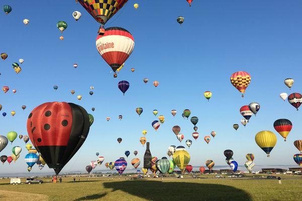 Envol des montgolfières lors du Mondial Air Ballons 2019 le plus grand rassemblement au monde de montgolfières.