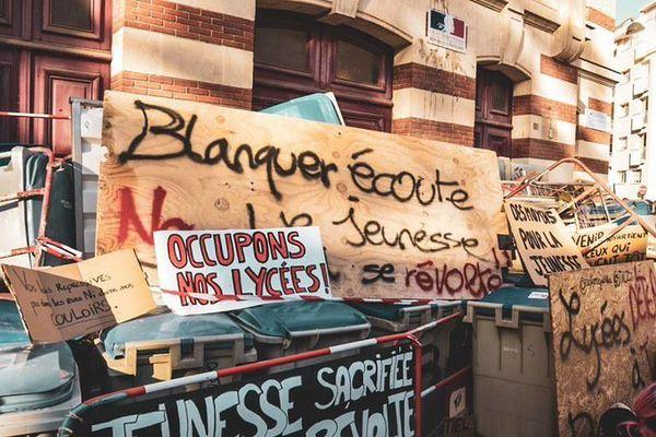 Blocus au lycée Guist'hau de Nantes mercredi 5 mai 2021. Les lycéens réclament des évaluations en contrôle continu.