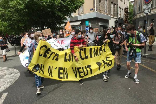 Partis de la place de la Victoire, les manifestants de la Marche pour le climat ont défilé dans les rues de Clermont-Ferrand.